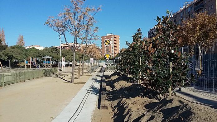 La plantació de nou arbrat millora la zona verda del parc del Ferrocarril