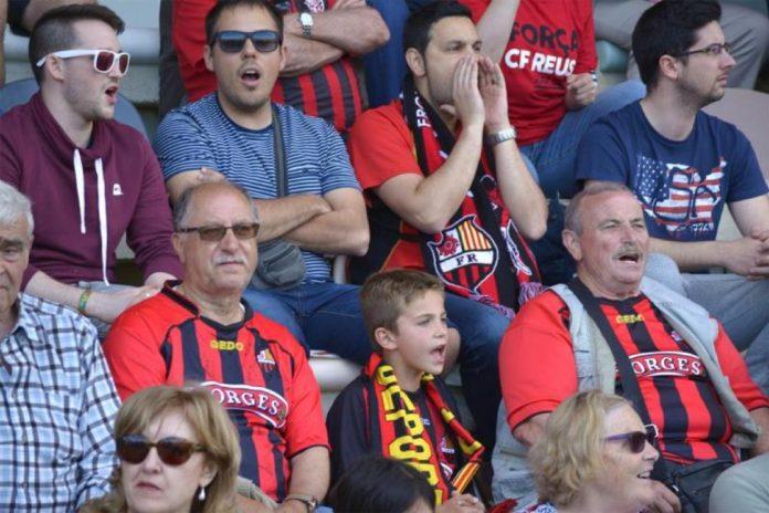 El CF Reus ha donat a conèixer aquest dijous els preus dels abonaments de mitja temporada per veure els partits de l'equip a l'Estadi de la segona volta. Es poden adqurir a la CF Reus Store del centre comercial El Pallol, a partir de 25 euros, en una escala de preus en funció de l'edat, per poder tenir un seient fix. A més, tots els nous abonats, de la mateixa manera que els abonats de tota la temporada, tindran preferència per mantenir el mateix seient la temporada vinent. En el cas dels abonaments, els preus per a aficionats entre els 0 i 14 anys és de 25 euros als gols; 30 a lateral; 44 a tribuna baixa i 62 a l'alta. Si el seguidor té entre 15 i 21 anys, el preu és de 50 euros a gol; 60 a lateral; 88 a tribuna alta i 123 a tribuna alta. Si s'és major de 21 anys, el preu de l'abonament és de 100 euros a gol; 120 a lateral; 175 euros a tribuna baixa i, finalment, 245 euros a tribuna alta. De passada, s'han posat a la venda els carnets 'Soc del Reus' de mitja temporada, que permetrà als aficionats accedir al camp a tots els partits de casa, però sense tenir un seient fix, havent de recollir l'entrada de partit els dies previs a la Botiga del CF Reus o el mateix dia de partit a les taquilles de l'Estadi. En aquest cas, i a partir dels 21 anys, el preu del carnet és de 50 euros als gols; 60 a lateral; 88 a tribuna baixa i 123 a tribuna alta.