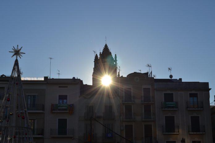 Reus reuneix desenes de persones per observar el solstici d'hivern a través de la Prioral