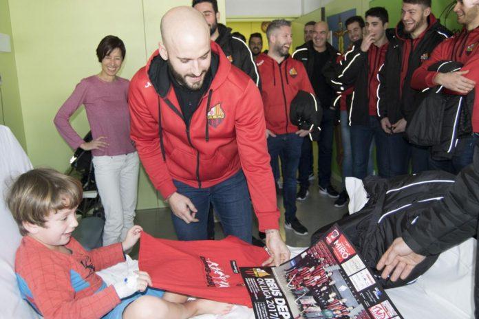 El primer equip del Reus Deportiu visita l'àrea de pediatria de l'Hospital