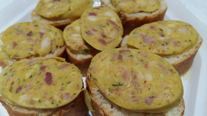 Com cada Dijous Gras, el tradicional esmorzar de botifarra d'ou al Mercat Central