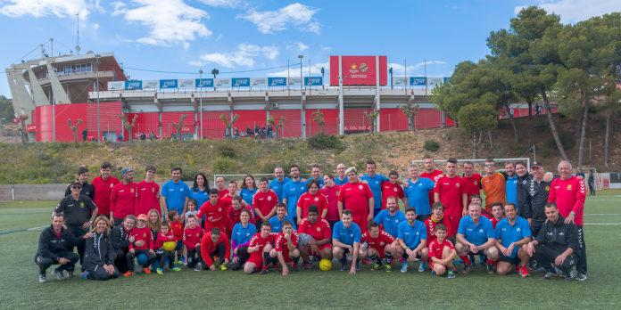 Una vintena de voluntaris de CaixaBank comparteixen entrenament amb l'equip Nàstic Genuine
