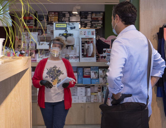 Salou informa que els establiments comercials enca-ra poden sol·licitar mascaretes