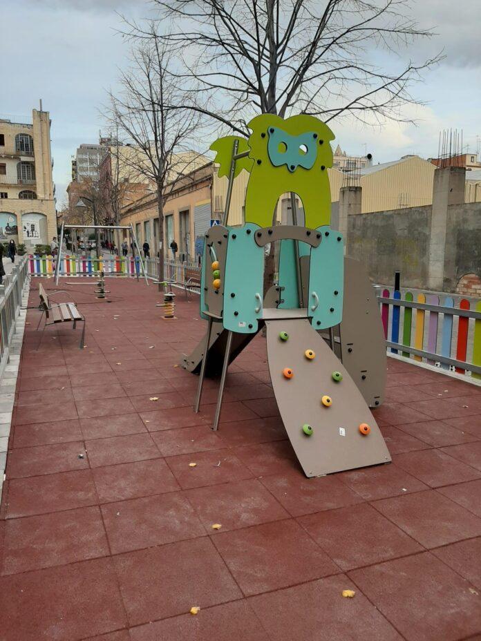 S'hi han realitzat treballs de millora i renovació a la zona de jocs infantils de l'Avda del Carrilet