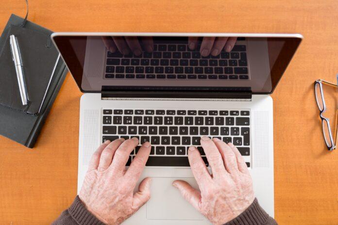 """La Fundació """"la Caixa"""", en conveni amb la Generalitat de Catalunya, impulsa tallers virtuals per a la gent gran"""