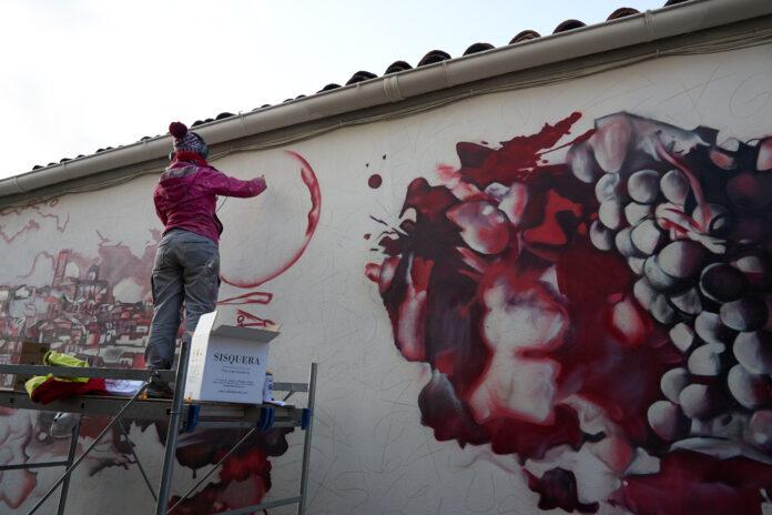 Lily Brick recrea la història de Cellers Tarroné en un mural artístic a Batea