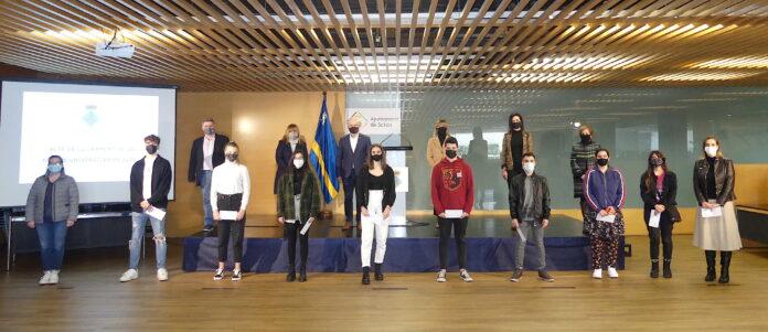 Salou reconeix el mèrit i l'esforç de 10 estudiants del municipi que han obtingut els millors expedients acadèmics, amb el lliurament de beques universitàries